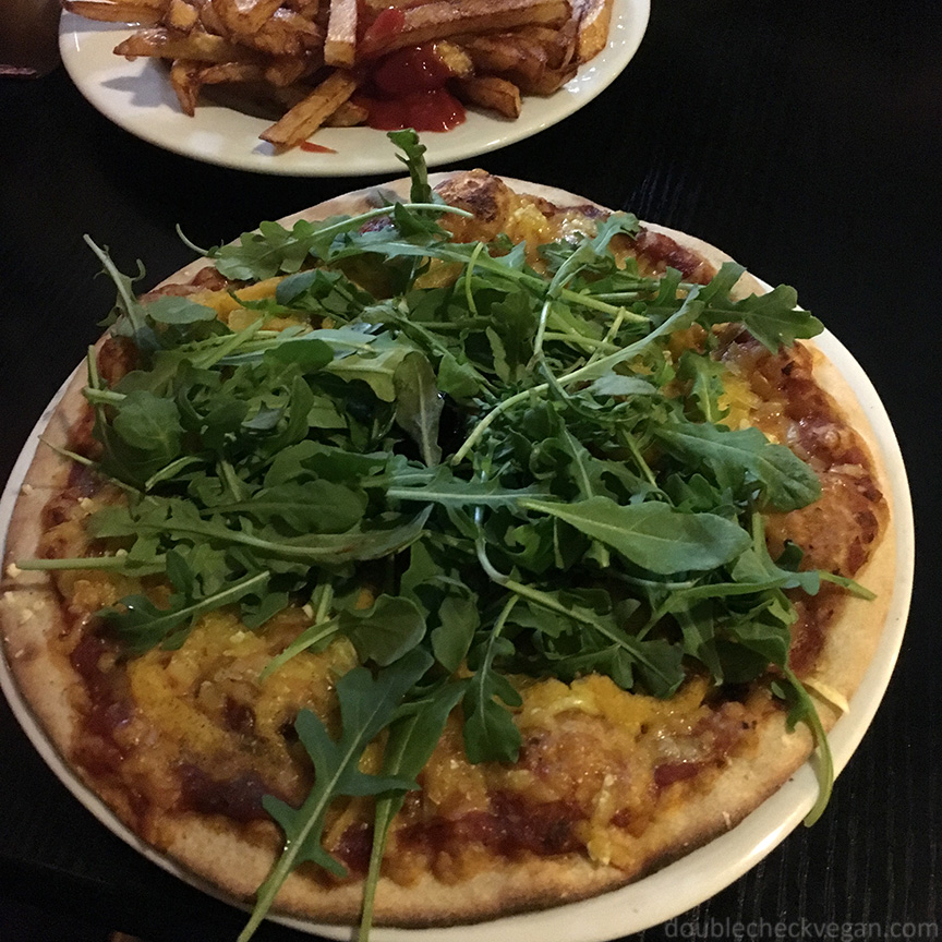 Vegan pizza at Veg'Art in Paris.